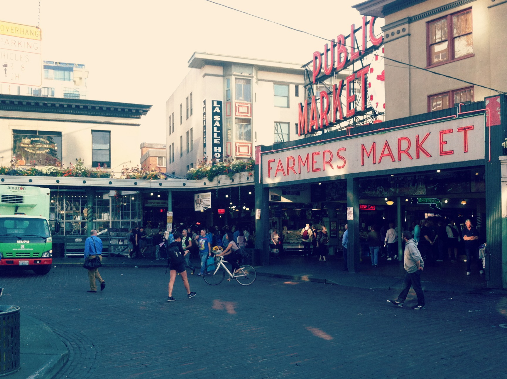 Beyond fish throwing exploring pike place market in for Pikes market fish